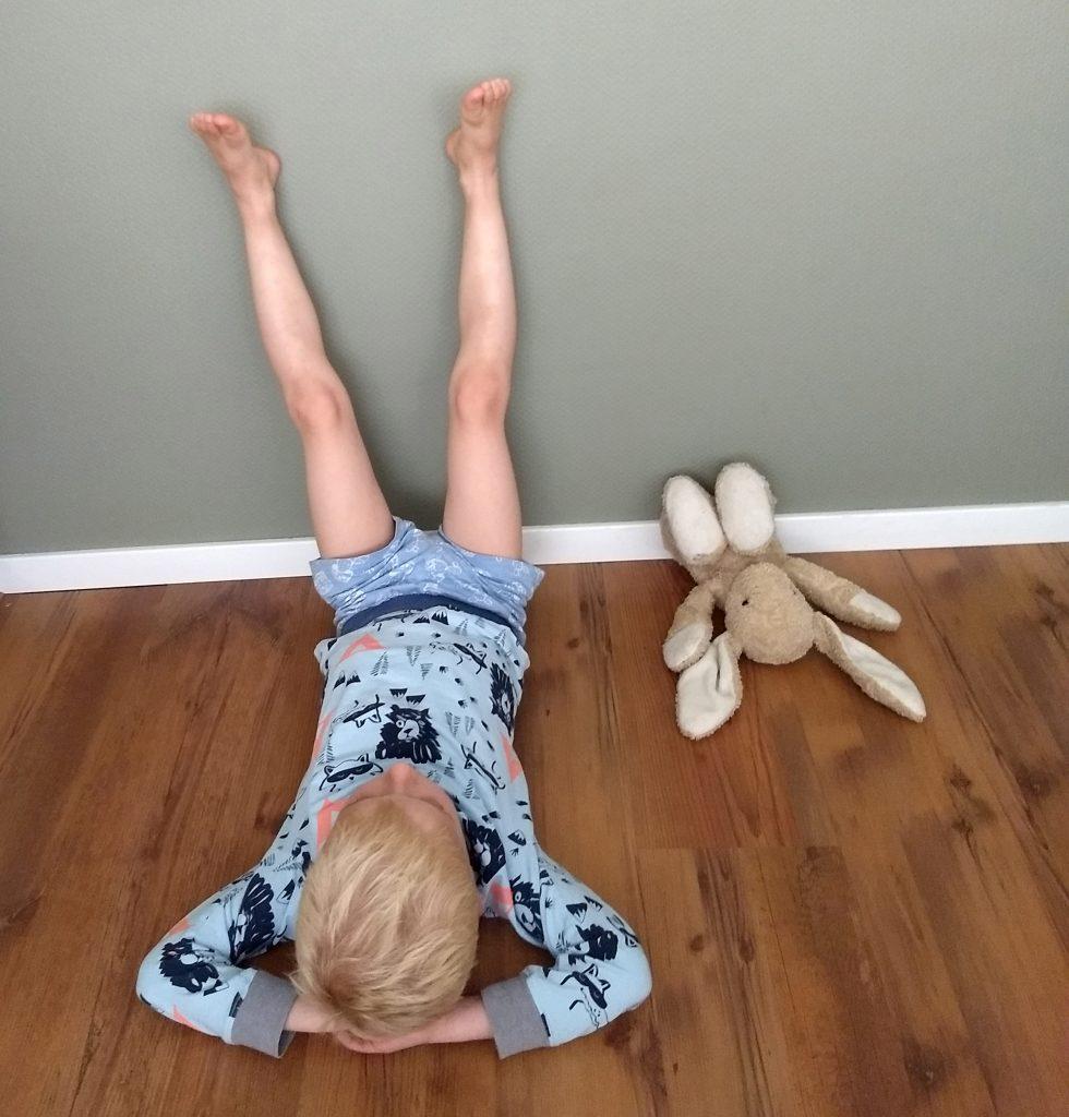 kinderyoga oefening om tot rust te komen en slaapproblemen tegen te gaan