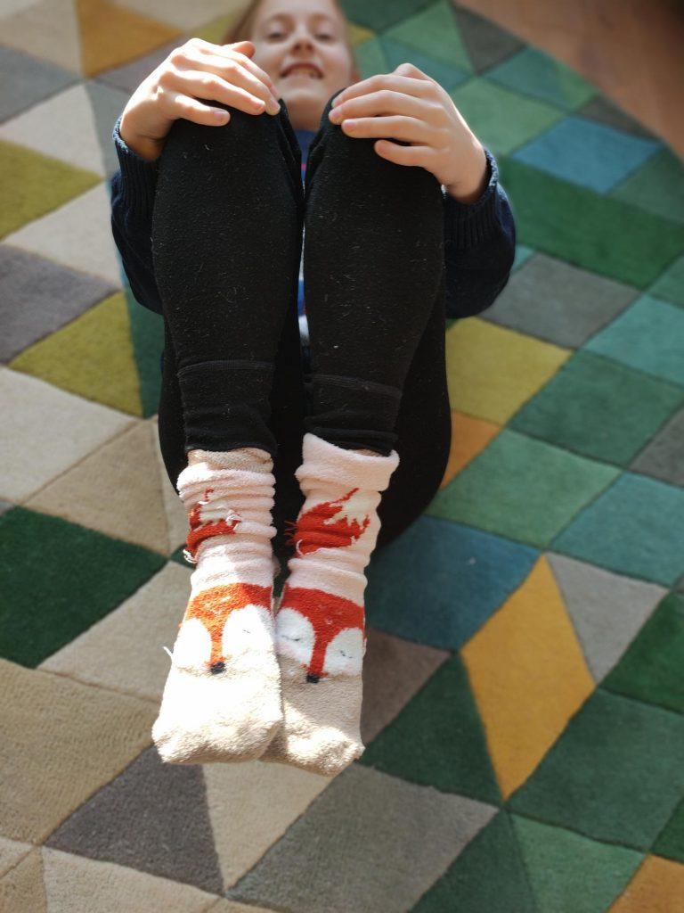 je zenwustelsel kalmeren en je lijf en hoofd ontprikkelen door deze kniecirkel yogahouding voor kinderen